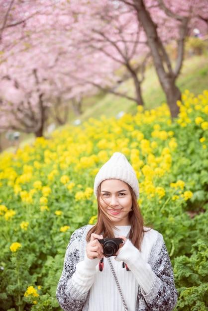 Jolie femme sourit avec cherry blossom à matsuda, japon Photo Premium