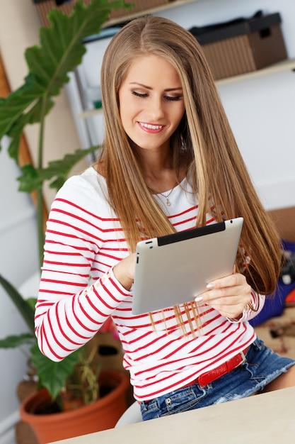 Jolie Femme Avec Tablette Photo gratuit