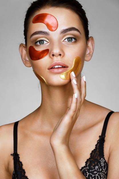 Jolie Femme Avec Des Taches De Couleur Sur Son Visage Photo Premium
