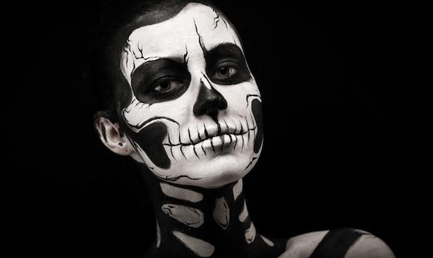 Jolie femme avec tatouage squelette Photo Premium