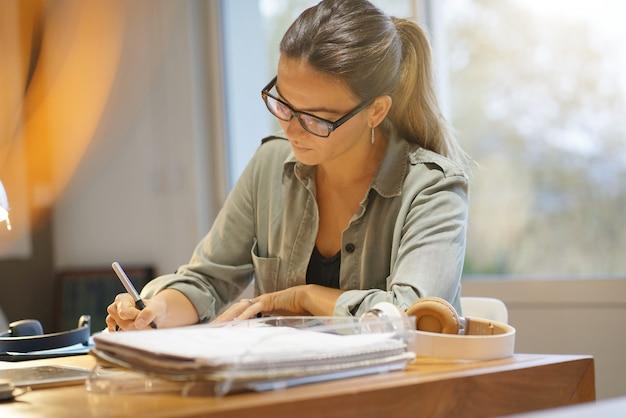 Jolie femme travaillant dans un espace de travail Photo Premium
