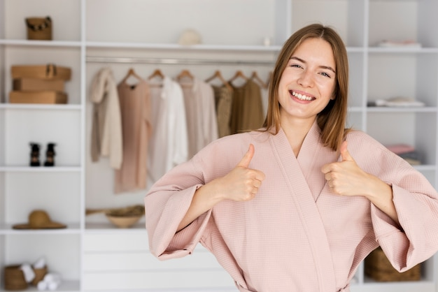 Jolie femme vêtue d'une jolie robe rose Photo gratuit