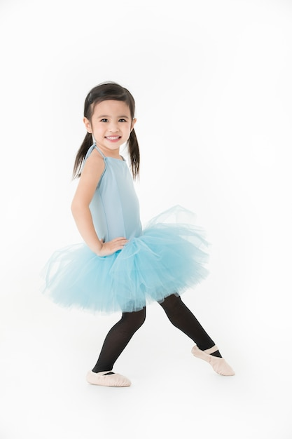 Jolie fille asiatique en robe bleu clair préformant ballet avec visage souriant, isolé Photo Premium
