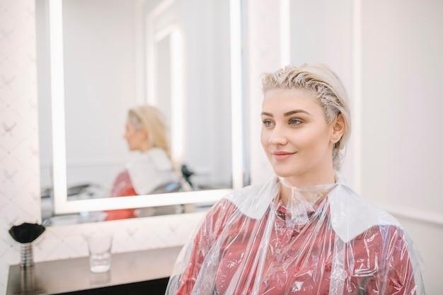 Jolie fille en attente de coloration des cheveux Photo gratuit