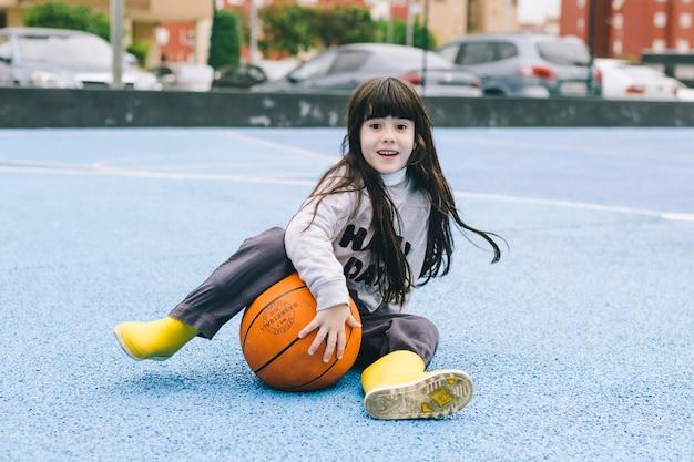 Jolie fille avec ballon de basket Photo gratuit
