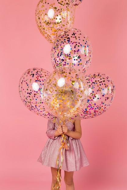 Jolie Fille Avec Des Ballons Photo gratuit