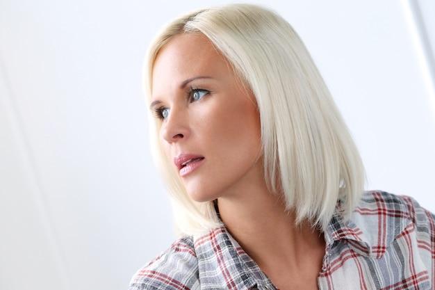 Jolie Fille Blonde Aux Yeux Bleus Photo gratuit