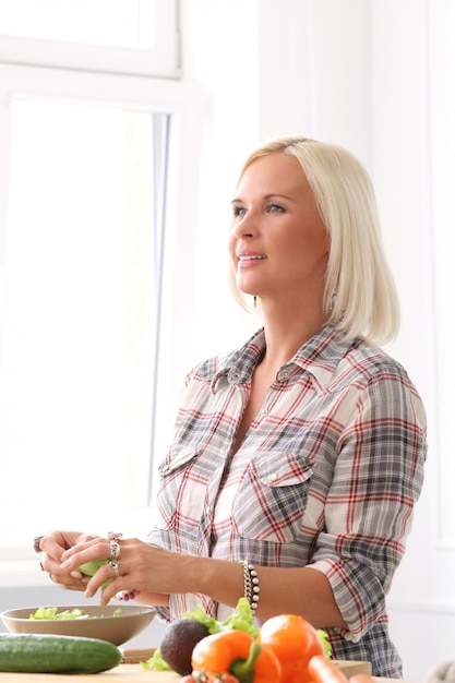 Jolie fille blonde à la cuisine Photo gratuit