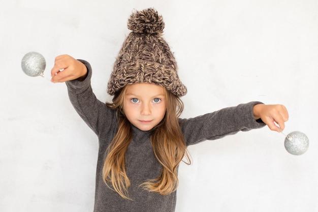Jolie Fille Blonde Jouant Avec Des Boules De Noël Photo gratuit