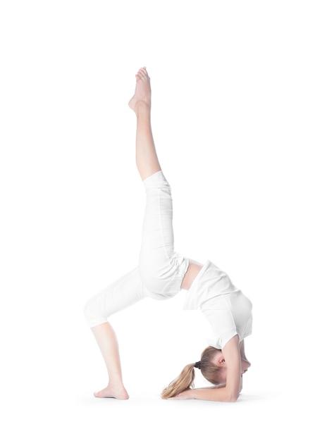 Jolie Fille Caucasienne Adulte Faisant Des Exercices Difficiles De Yoga Photo Premium
