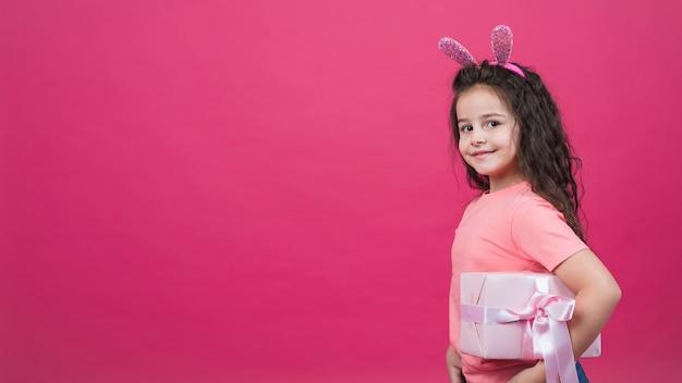 Jolie Fille Dans Des Oreilles De Lapin Avec Boîte-cadeau Photo gratuit