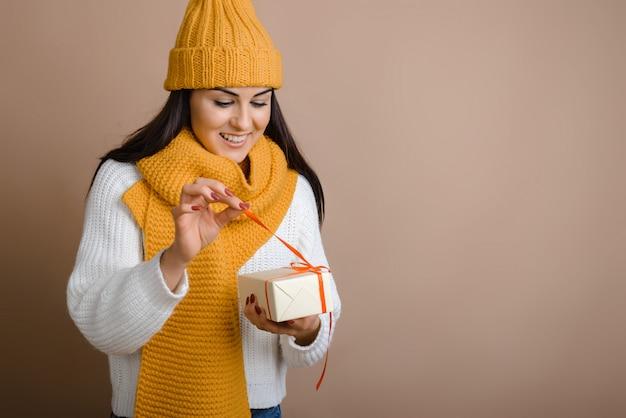 Jolie fille déchaîne un ruban rouge en cadeau Photo Premium