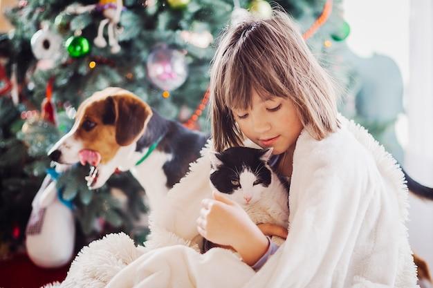 La jolie fille embarcant un chat Photo gratuit