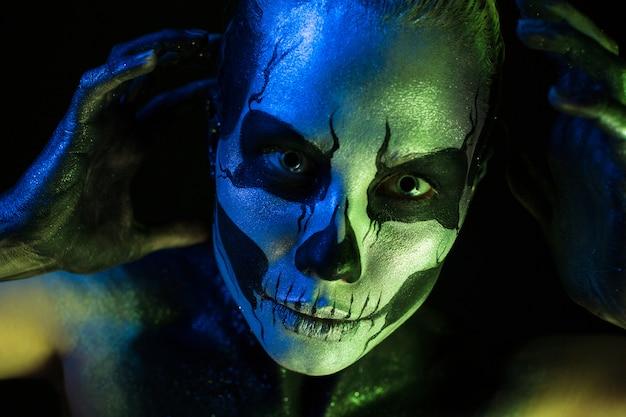 Jolie fille fantasmagorique avec un maquillage squelette Photo Premium