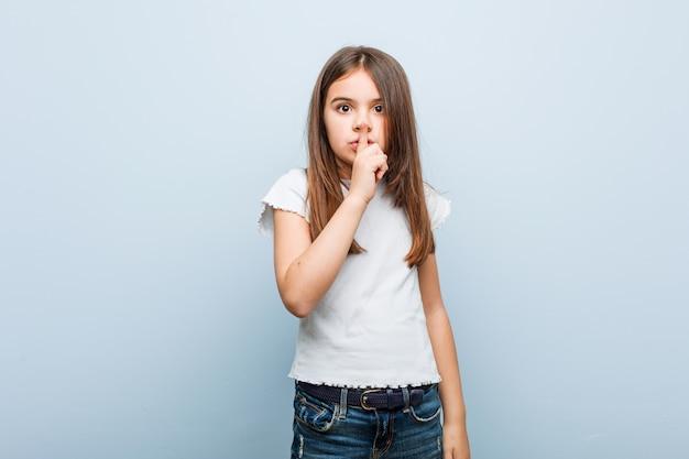 Jolie fille gardant un secret ou demandant le silence. Photo Premium