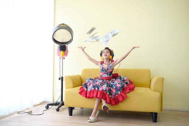 Jolie Fille Jette Des Billets De Banque. Les Enfants Créent Des Richesses En Marchant Dans La Mode. Photo Premium