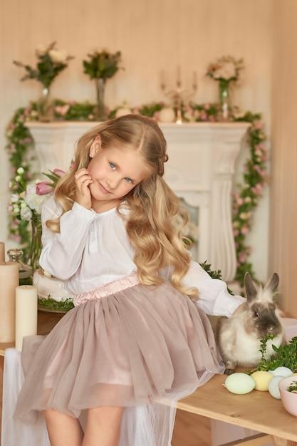 Jolie Fille Jouant Avec Le Lapin Photo Premium