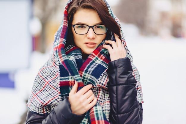 Jolie fille à lunettes et une écharpe Photo Premium
