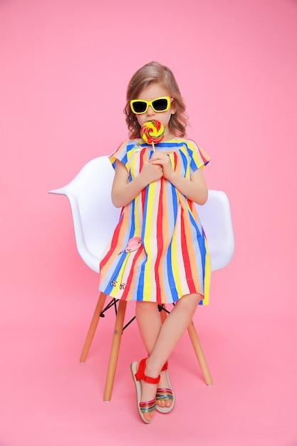 Jolie Fille à Lunettes De Soleil Avec Sucette Photo Premium