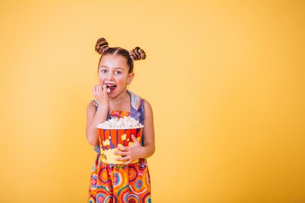 Jolie Fille Mangeant Du Pop-corn Photo gratuit