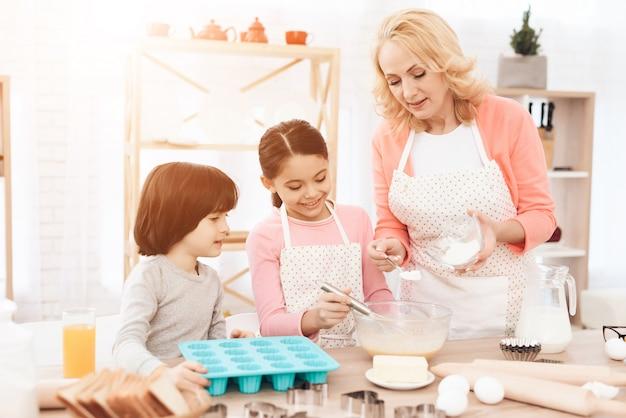 Jolie fille, mélanger les ingrédients dans un bol de cuisine Photo Premium