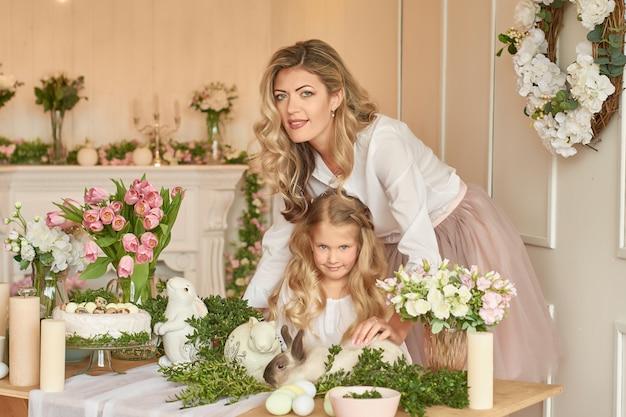 Jolie Fille Et Mère Jouant Avec Le Lapin Photo Premium