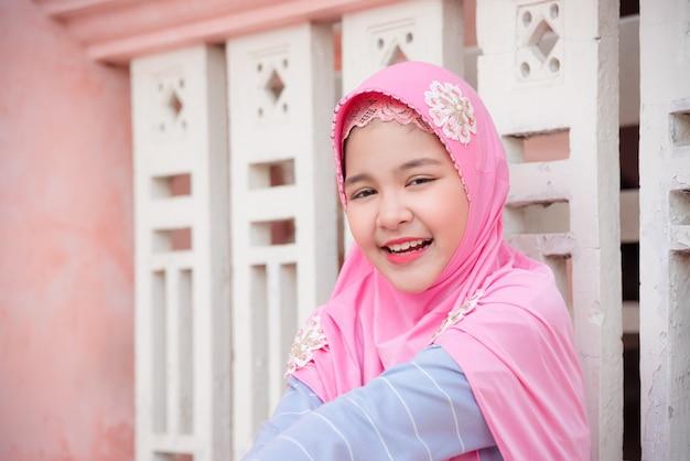 Jolie fille musulmane regarde la caméra et sourit. Photo Premium