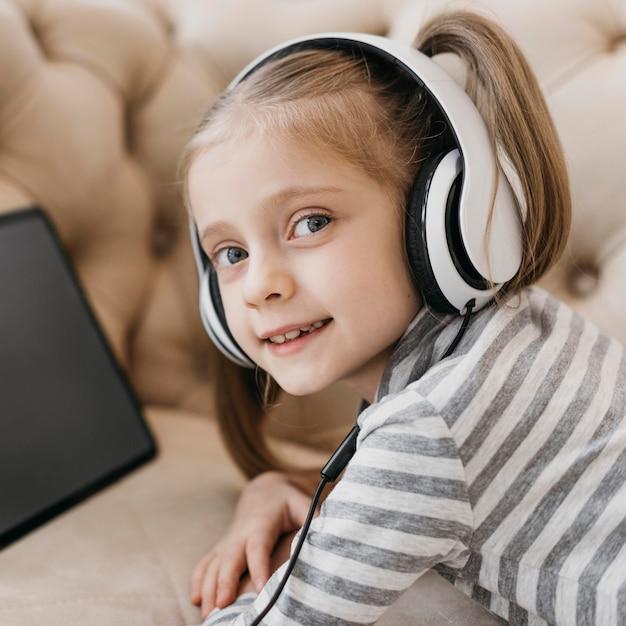 Jolie Fille Portant Des écouteurs Photo gratuit