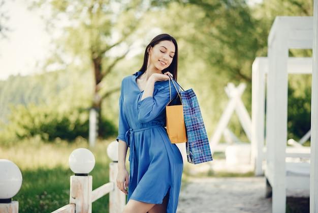 Jolie fille avec un sac dans un parc Photo gratuit