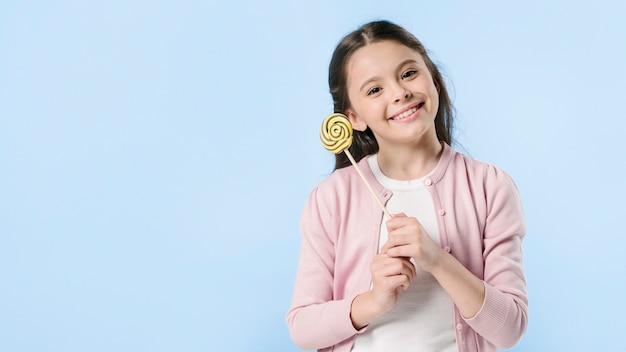 Jolie fille avec sucette en studio Photo gratuit