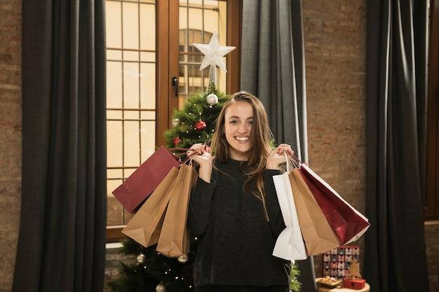 Jolie fille tenant des cadeaux de noël Photo gratuit
