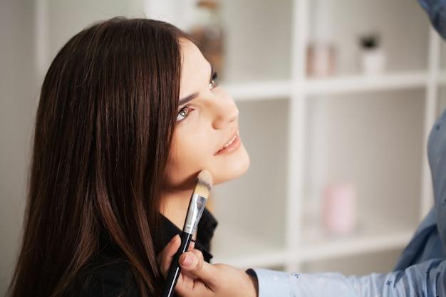 Jolie Fille Utilise Les Services D'une Maquilleuse Professionnelle Dans Un Studio De Beauté Photo Premium