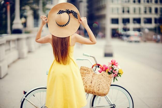 Jolie fille à vélo Photo gratuit
