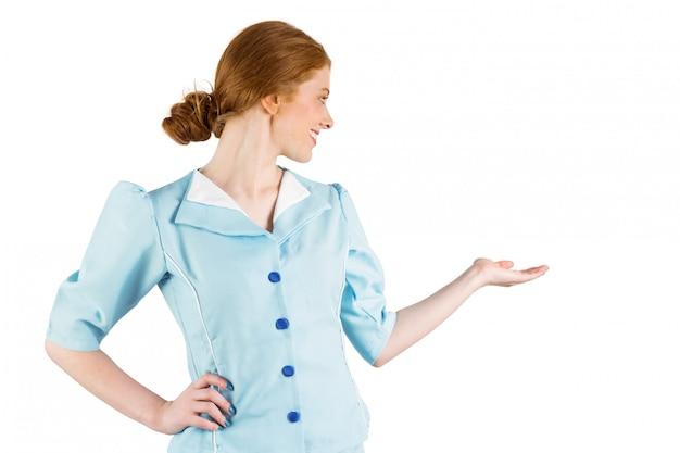 Jolie hôtesse de l'air présentant la main Photo Premium