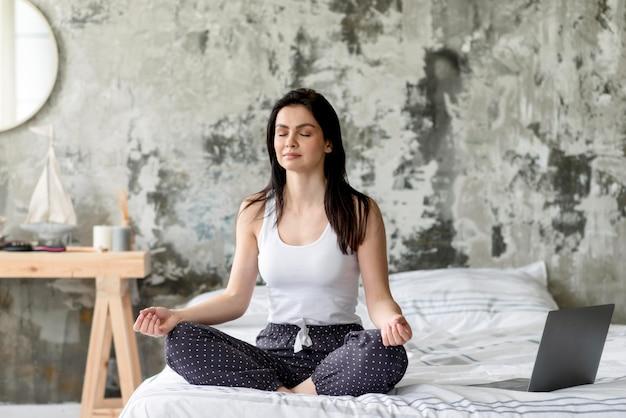 Jolie Jeune Femme Appréciant La Méditation Photo Premium