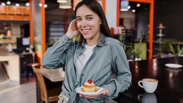 Jolie Jeune Femme Bénéficiant D'une Pause Café Photo gratuit
