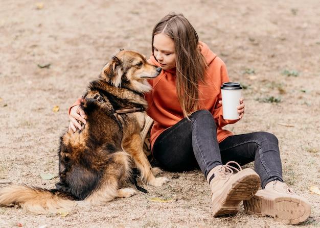 Jolie Jeune Femme Caresser Son Chien Photo gratuit