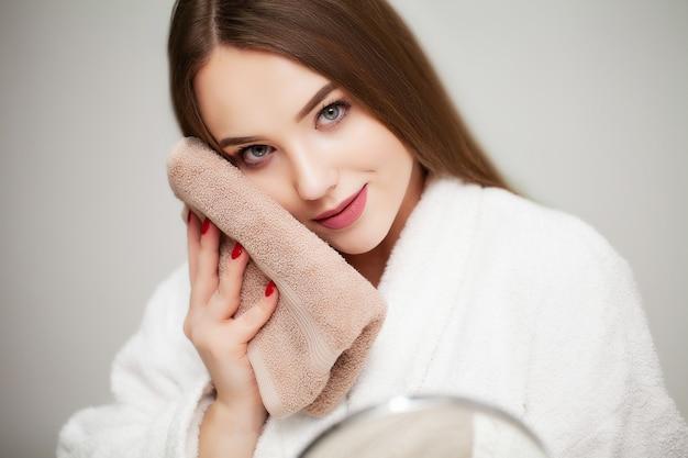 Jolie Jeune Femme Essuie La Serviette Pour Le Visage Après Avoir Pris Une  Douche | Photo Premium