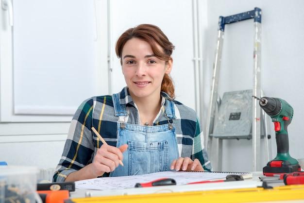Jolie jeune femme fait du bricolage à la maison Photo Premium