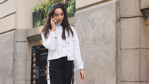 Une jolie jeune femme parlant au téléphone Photo gratuit