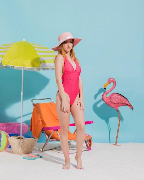 Jolie jeune femme posant en bonnet et maillot de bain en studio Photo gratuit