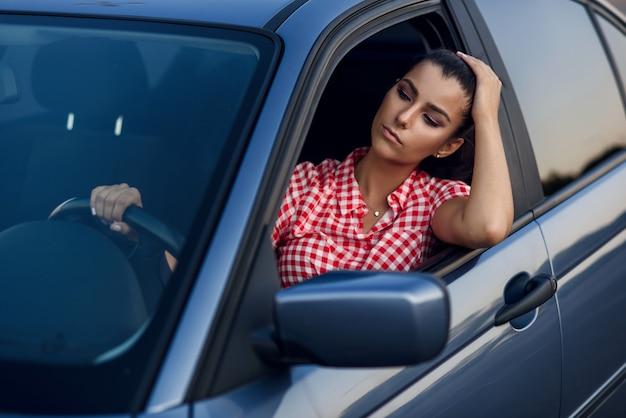 Jolie Jeune Femme Prend Plaisir à Conduire Une Voiture. Photo Premium