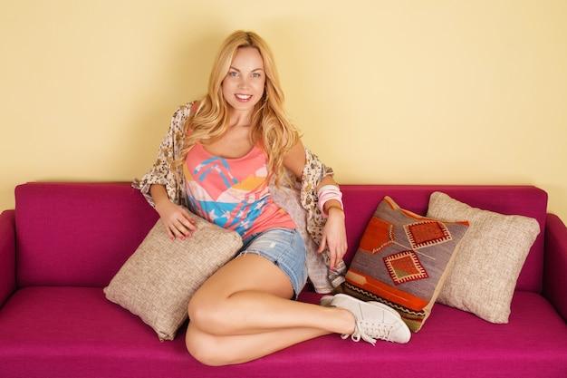 Jolie Jeune Femme Se Détendre Sur Un Canapé à La Maison Photo Premium