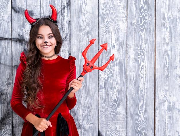 Jolie jeune fille en costume de diable Photo gratuit
