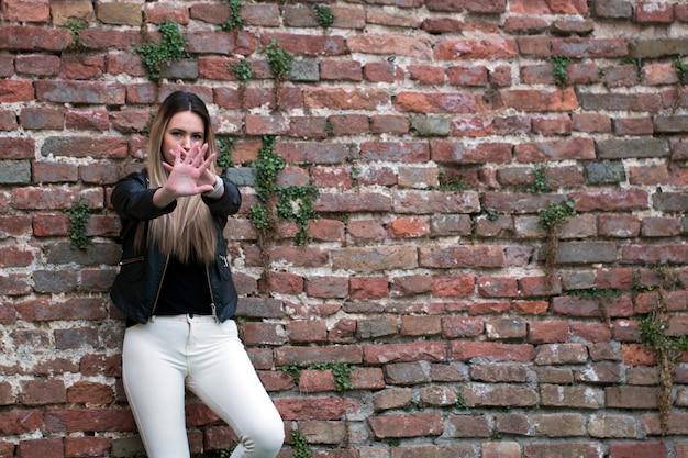 Jolie Jeune Fille Faisant Signe Stop Photo Premium