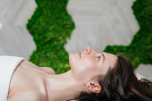Une Jolie Jeune Fille Profite D'un Massage Professionnel De La Tête Au Spa. Soin Du Corps. Salon De Beauté. Photo Premium