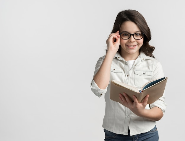 Jolie Jeune Fille Tenant Un Livre Avec Copie Espace Photo gratuit