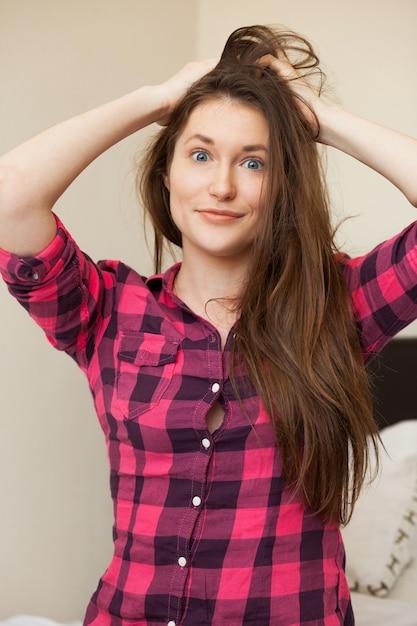 Jolie jeune fille tenant ses cheveux Photo gratuit