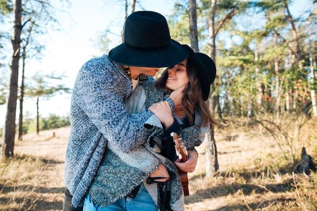 Jolie jeune homme embrassant sa petite amie Photo gratuit