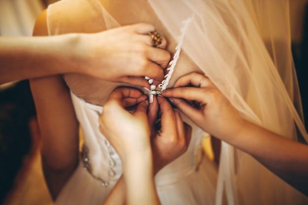 Jolie mariée habiller avant la cérémonie de mariage Photo Premium
